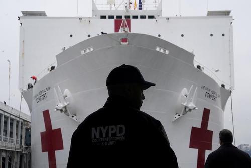 پهلو گرفتن کشتی جنگی نیروی دریایی آمریکا در ساحل نیویورک. این کشتی که از سوی نیروی دریایی آمریکا به عنوان بیمارستان تجهیز شده قرار است بیماران بدحال کرونایی در شهر نیویورک را بستری و درمان کند./ رویترز