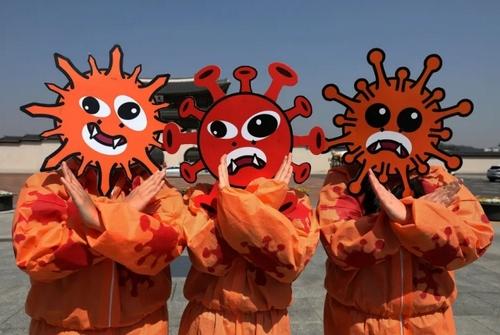 حضور فعالان کره جنوبی در یک کمپین پیشگیری از کرونا در شهر سئول کره جنوبی/ گتی ایمجز