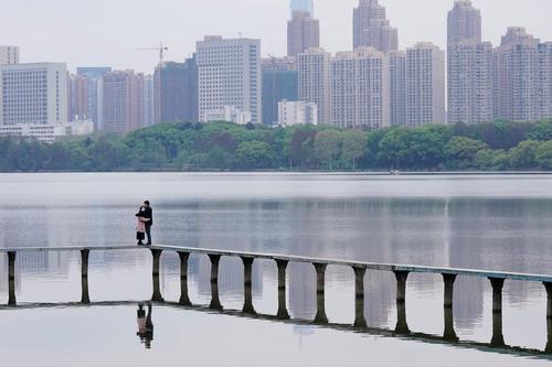 بازگشت آرام وضعیت عادی در شهر ووهان چین. یک زوج چینی در کناره دریاچه شرقی شهر ووهان/ رویترز