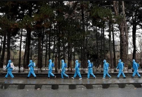 گروه داوطلب در حال ضدعفونی اماکن عمومی در شهر کابل افغانستان/ رویترز