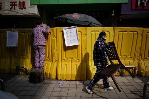 خرید از موانع قرنطینه محلهای در شهر ووهان چین/ رویترز