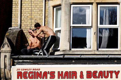 با بسته شدن آرایشگاهها جوانان لندنی موهای یکدیگر را اصلاح میکنند. محله آکسفورد/ رویترز