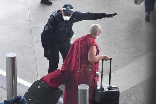 رسیدن راهب بودایی با پرواز هواپیمایی