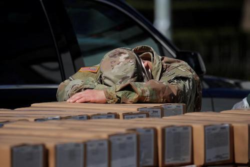 خستگی سرباز گادر ملی آمریکا هنگام توزیع بستههای غذایی بین محلههای قرنطینه در نیویورک/ رویترز