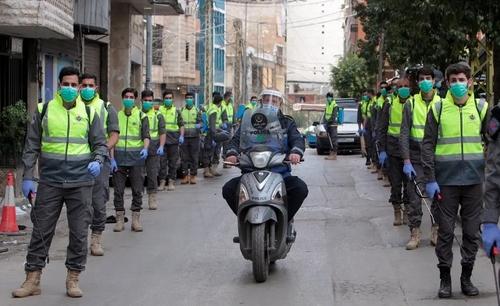 نیروهای داوطلب حزبالله لبنان در حال گندزدایی و ضدعفونی خیابانهای بیروت/ رویترز