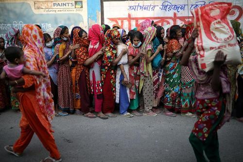 صف فشرده و خطرناک دریافت اقلام رایگان برای مبارزه با کرونا ویروس در شهر داکا بنگلادش/ رویترز