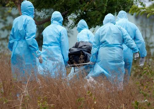 انتقال جسد یک زن فوت شده در اثر کرونا برای دفن در گورستانی در شهر