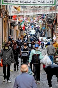 خیابانی نسبتا شلوغ در شهر