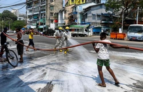 نیروهای آتشنشانی و داوطلب در حال ضدعفونی خیابانهای شهر