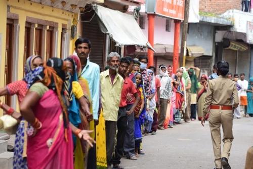 گرفتاری و خطر قرنطینه برای هند. در بسیاری از محلات فقیرنشین شهرهای هند مردم توان مالی تهیه غذا ندارند و غذ ای رایگان برای آنها توزیع می شود. صف های دریافت غذا آن قدر طولانی است که رعایت اصل فاصله گذاری انجام نمی شود. کارشناسان همین صفها را یکی از عوامل شیوع ویروس می دانند./ صف غذا در شهر