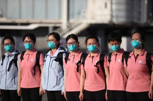 کادر درمانی چین که برای کمک به مداوای بیماران کرونایی به فرودگاه بین المللی شهر