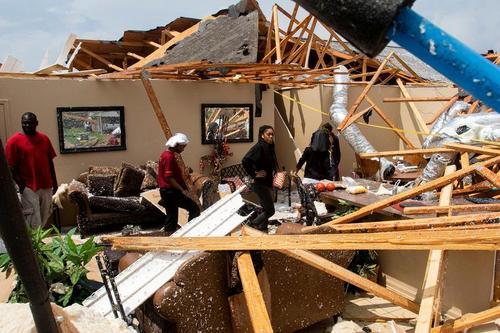 خسارات گردباد در شهر
