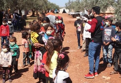 نیروهای داوطلب در حال آموزش موارد بهداشتی درباره جلوگیری از شیوع ویروس کرونا در اردوگاه آوارگان جنگی در استان