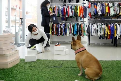 بازگشایی مجدد فروشگاهها در شهر روم ایتالیا/ مغازه البسه کودکان/ رویترز