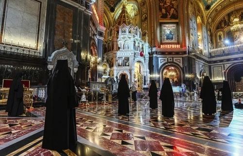 شرکت راهبههای ارتدوکس در مراسم عید پاک ارتدوکسها با رعایت اصل فاصلهگذاری در کلیسای جامع مسکو/ آسوشیتدپرس