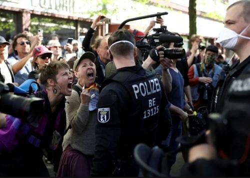 تظاهرات علیه قرنطینه سراسری در شهر برلین آلمان/ رویترز