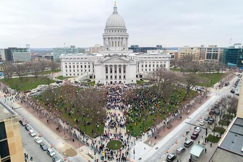 تظاهرات علیه تمدید قرنطینه سراسری در مقابل مجلس ایالتی در شهر