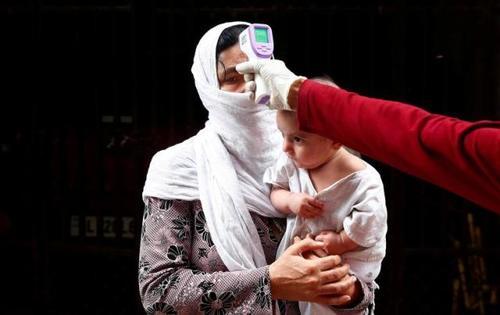 کنترل دمای بدن شهروندان در شهر دهلی هندوستان/ رویترز