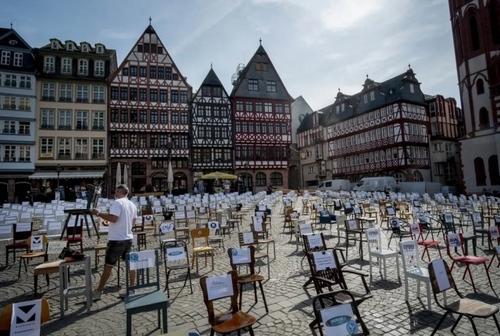 چیدن صندلیهایی با نام رستورانها و کافههای تعطیل شهر فرانکفورت آلمان در یکی از میادین مرکزی شهر در اعتراض به ادامه قرنطینه سراسری و تعطیلی کسب و کارها/ آسوشیتدپرس