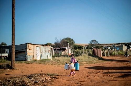 آوردن آب به خانه در یک منطقه حومهای از شهر