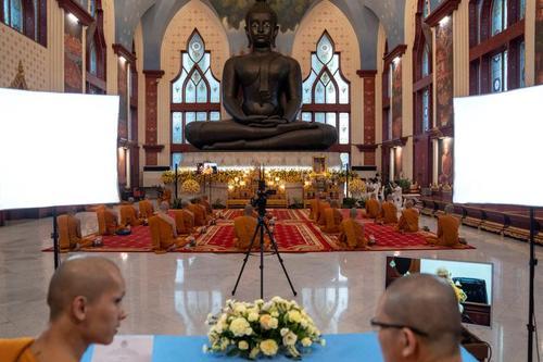 راهبان بودایی معبدی در شهر بانکوک تایلند از طریق