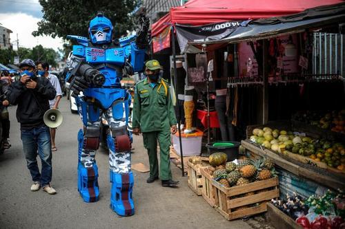 مردی در لباس شخصیت روباتی مجموعه فیلم