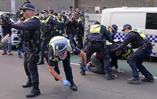 دستگیری معترضان به ادامه قرنطینه در مقابل ساختمان پارلمان ایالتی در شهر ملبورن استرالیا/ EPA