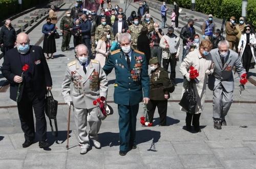شرکت کهنه سربازان در مراسم هفتادوپنجمین سالگرد پیروزی در جنگ دوم جهانی در پارکی در شهر