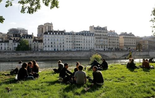 پس از برداشته شدن محدودیتهای قرنطینه خانگی، گروهی از مردم پاریس در دستههای 3-4 نفری، در حاشیه رود