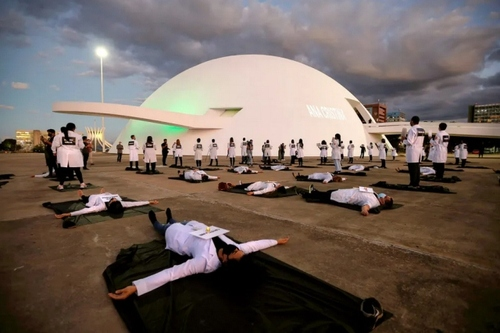اعتراض کادر درمان برزیل به فوت دهها نفر از همکارانشان به خاطر کمبود تجهیزات حفاظت شخصی در بیمارستانها/ برزیلیا (پایتخت)/ رویترز