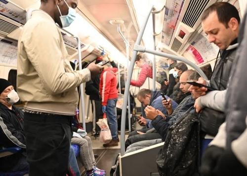 مترو تقریبا شلوغ شهر لندن در یک روز عادی کاری پس از پایان محدودیتهای قرنطینه سراسری. هنوز استفاده از ماسک و دستکش برای مسافران در مترو لندن الزامی نشده و بیش از نیمی از مسافران بدون تجهیزات مخافظت شخصی هستند./ EPA