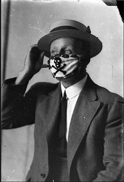 مرد استرالیایی با ماسک اسکلتی خود در حال عکس گرفتن