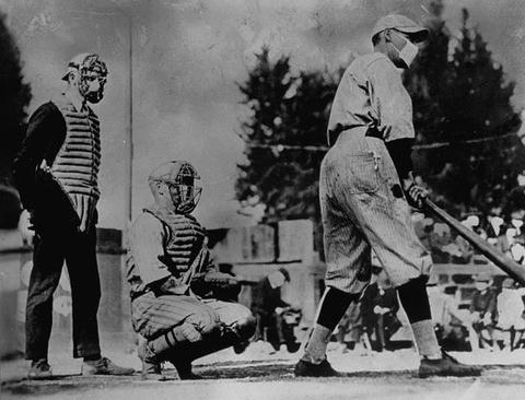 بازیکنان و تماشاچیان بیسبال در آمریکا برای جلوگیری از شیوع بیشتر بیماری آنفلوآنزا ماسک زدند