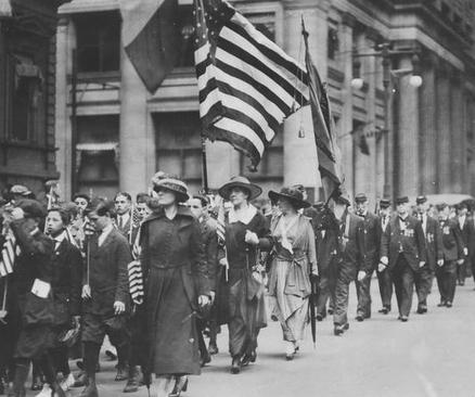 اما درست مثل بحران کرونا در بحران آنفلوآنزای 102 سال پیش هم برخی کشورها و ایالات به قوانین قرنطینه احترام می گذاشتند و برخی رعایت مسایل بهداشتی را نمیکردند. در این عکس رژه سالانه روز یادبود در شهر