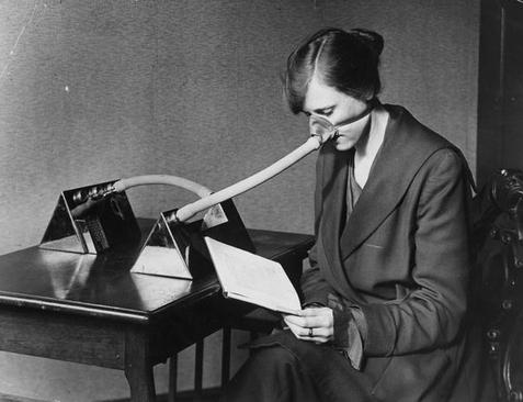 ماسکهای عجیب و غریب که با شلنگ به یک دستگاه وصل بود. (فوریه 1919)