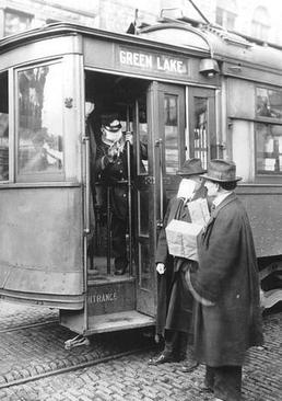 ممانعت از سوار شدن یک مسافر بدون ماسک به سامانه حمل و نقل عمومی شهر سیاتل (مرکز ایالت واشنگتن در شمال غربی ایالات متحده آمریکا)