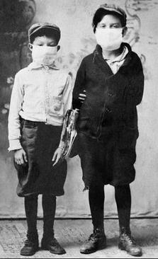 حضور دانش آموزان با ماسک در مدرسه. در آن زمان مثل امروز امکان آموزش از راه دور و از طریق آنلاین فراهم نبود و در بسیاری از مناطق مدارس دایر بودند.