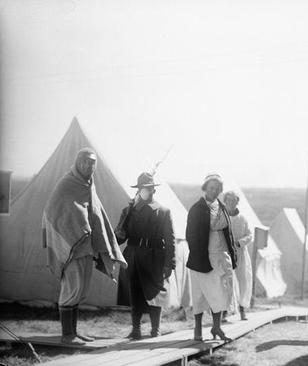 یک بیمارستان صحرایی و اردوگاه نگهداری بیماران آنفلوآنزایی در  آمریکا. در آن موقع پزشکان به بیماران توصیه میکردند روزانه نیم ساعتی در هوای آزاد پیادهروی کنند. این یک تجویز برای درمان بیماران بود؛ زیرا باور عمومی این بود که استنشاق هوای آزاد به بهبود بیماران کمک میکند.