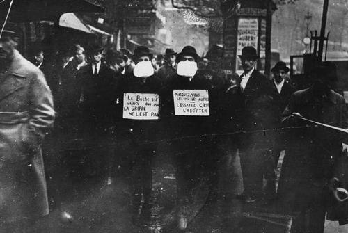در سال 1919 دو مرد در شهر پاریس فرانسه با در دست گرفتن پلاکاردهایی به مردم توصیه میکنند که برای جلوگیری از شیوع ویروس ماسک بزنند.