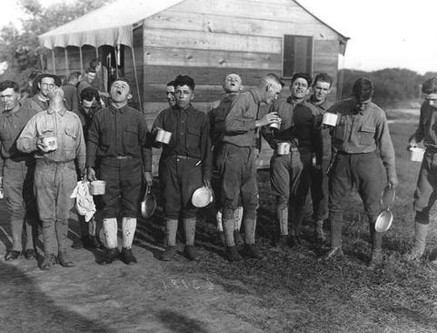 مردان جوان کارگر در یک کمپ در ایالت نیوجرسی آمریکا در حال قرقره کردن آب نمک برای جلوگیری از ابتلا به بیماری