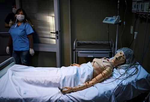 تمرین انجام مداخلات درمانی روی یک ماکت عروسکی بیمار کرونایی در بیمارستانی در شهر