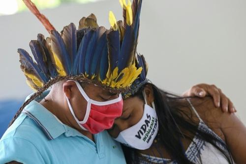 اعضای یک قبیله بومی برزیل در سوگ رهبر53 سالهشان که در اثر ابتلا به ویروس کرونا درگذشته است./ خبرگزاری فرانسه