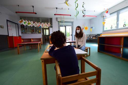 بازگشایی آزمایشی برخی مدارس ایتالیا برای سنجش نحوه اجرای اصل فاصلهگذاری و رعایت پروتکلهای بهداشتی بین دانشآموزان/ رویترز