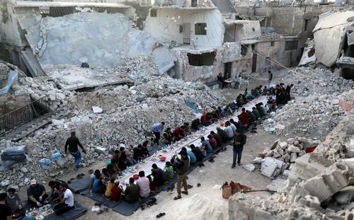 سفره افطاری در ویرانههای جنگ در حومه شهر حلب سوریه/ رویترز