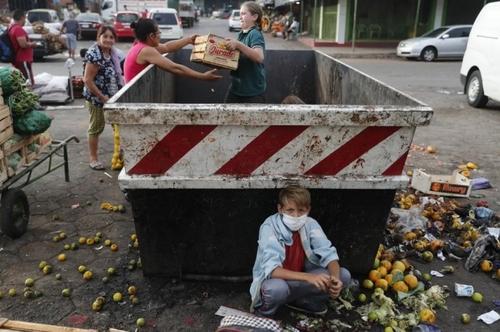جمعآوری میوه جات دورریز از سطل زباله بازار میوه در پاراگوئه/ آسوشیتدپرس