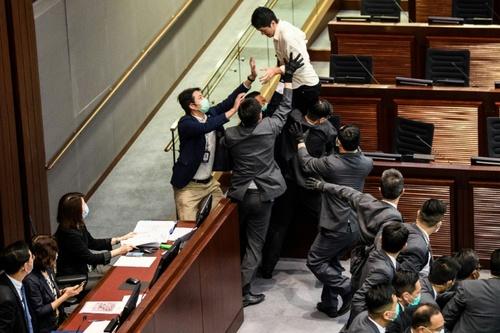 درگیری نمایندگان طرفدار و مخالف چین در پارلمان هنگکنگ/ خبرگزاری فرانسه و رویترز