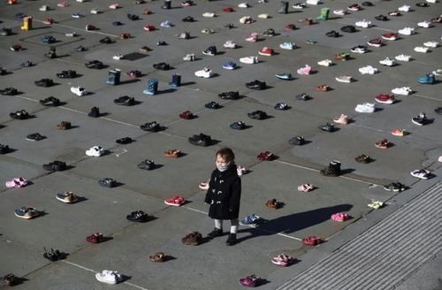 چیدن 1500 جفت کفش بچه گانه از سوی گروه محیط زیستی