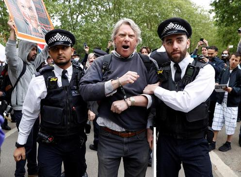 دستگیری یک فرد معترض در جریان تظاهرات علیه قرنطینه در