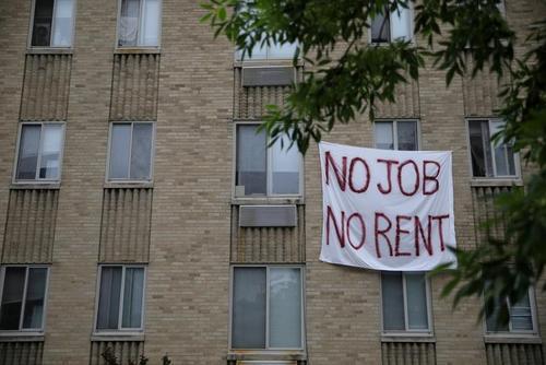 یک مستاجر در شهر واشنگتن دیسی (پایتخت) ایالات متحده آمریکا با نصب پارچه نوشتهای بزرگ روی پنجره خانه نوشته: