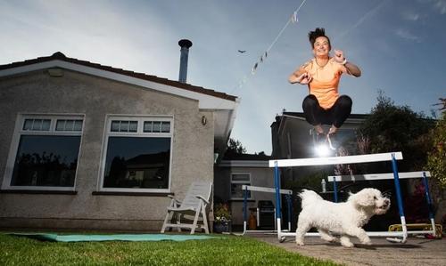 یک ورزشکار حرفهای ایرلند در حال تمرین ورزشی در محوطه حیاط خانه/ گاردین
